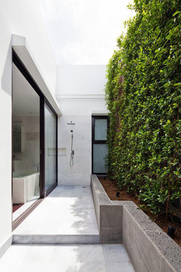 Vườn treo xanh mát vừa tạo cho công trình một diện mạo mềm mại, tự nhiên vừa giúp không gian sống trong lành, mát mẻ hơn, nhất là trong điều kiện thời tiết nóng bức ở Sài Gòn.