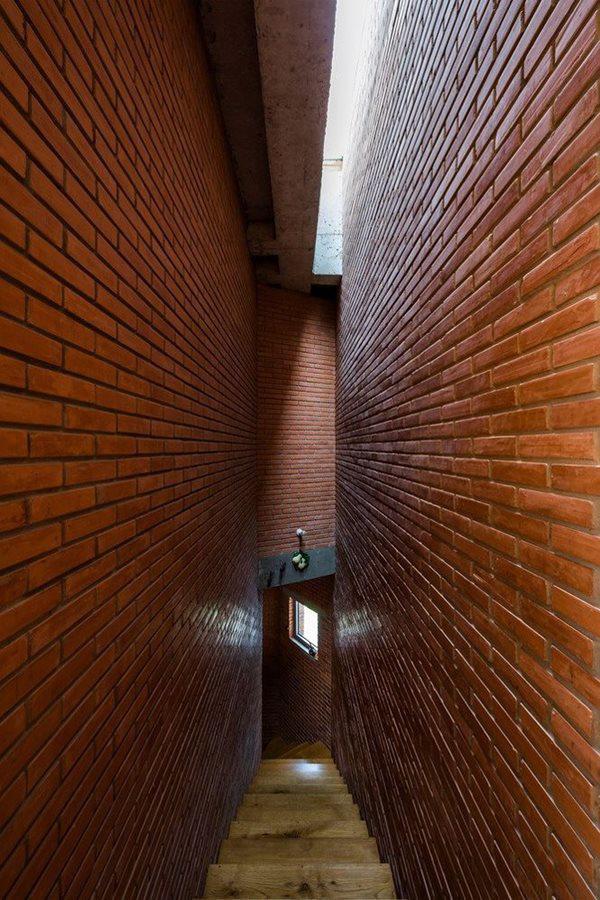Để tiết kiệm chi phí xây dựng, tường nhà chủ yếu được trang trí bằng gạch nung.