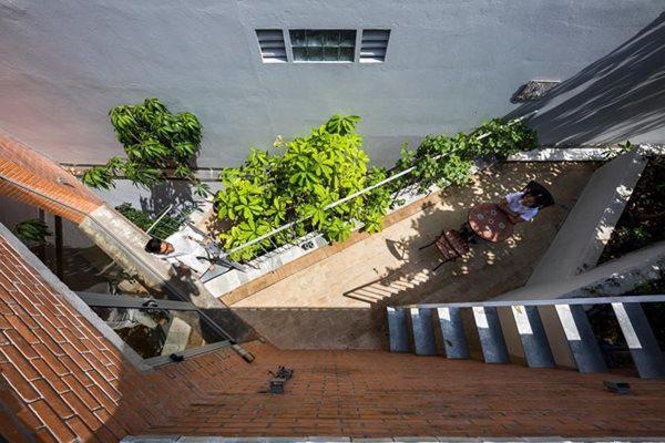 Các khu vườn riêng hay chung đều được liên kết với nhau qua một cầu thang thép phía bên ngoài để các thành viên có thể tự do đi lại.