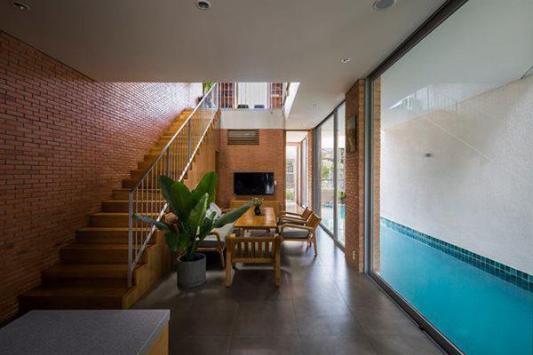 Cũng giống như các ngôi nhà phố khác, ở tầng một của ngôi nhà là phòng khách, phòng ăn và bếp, ngoài ra là thư viện là phòng ngủ của trẻ nhỏ.
