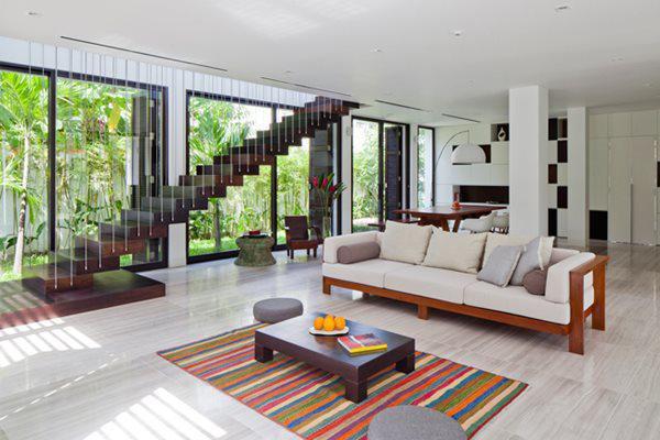 Ở tầng 1, phòng khách, phòng ăn và bếp được kết hợp nằm chung trên một sàn, không hề có tường ngăn cách.