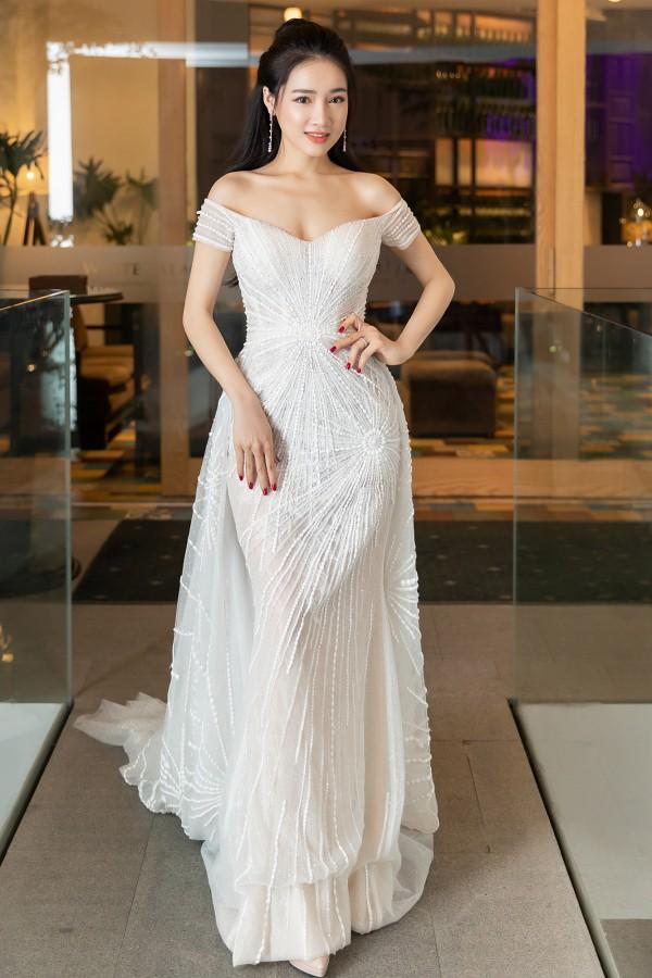 Tối 20/4, Nhã Phương diện váy dạ hội lộng lẫy của nhà thiết kế Lê Thanh Hòa và tham gia một sự kiện ở TP HCM.