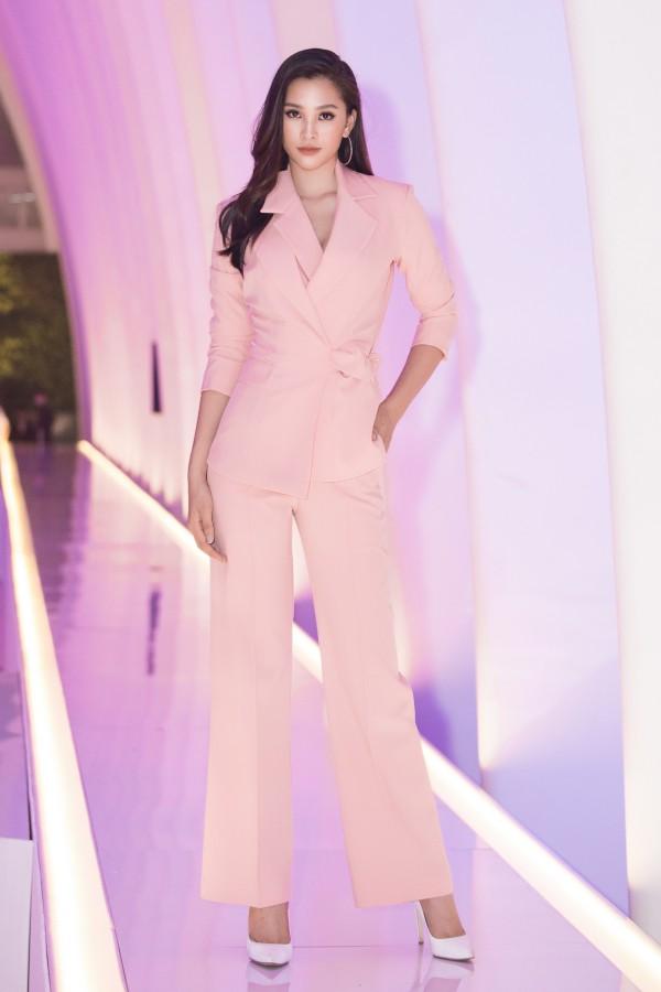 Sự kiện còn có sự tham gia của một dàn Hoa hậu và Á hậu. Rũ bỏ váy dạ hội, Hoa hậu Tiểu Vy chọn bộ vest cá tính để làm mới hình ảnh.