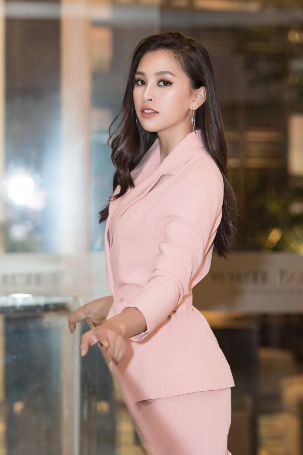 Nhan sắc cuốn hút của Tiểu Vy ở tuổi 19. Sau hơn nửa năm đăng quang, cô tích cực tham gia các hoạt động giải trí, thiện nguyện và cân đối việc học tại Đại học Sư phạm Kỹ thuật TP HCM.
