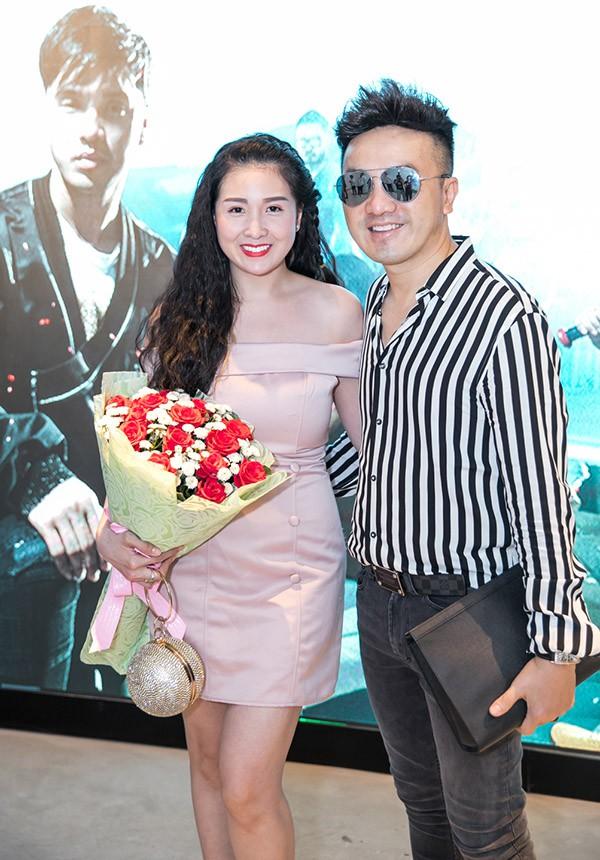 Vợ chồng ca sĩ Dương Ngọc Thái ôm hoa tới tặng đồng nghiệp.