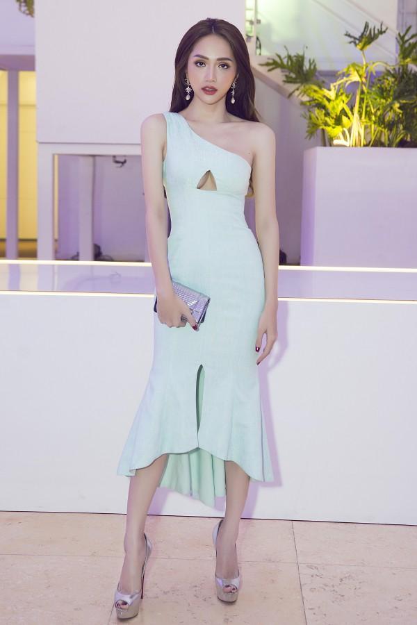 Hoa hậu Hương Giang diện váy lệch vai trên thảm đỏ.