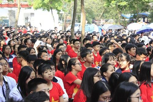 Học sinh cấp THCS, THPT của trường Lương Thế Vinh chăm chú xem phim Ông Đồ Gàn.