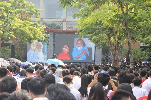 Hình ảnh gần gũi của nhà giáo Văn Như Cương trên màn hình khiến nhiều học sinh xúc động.