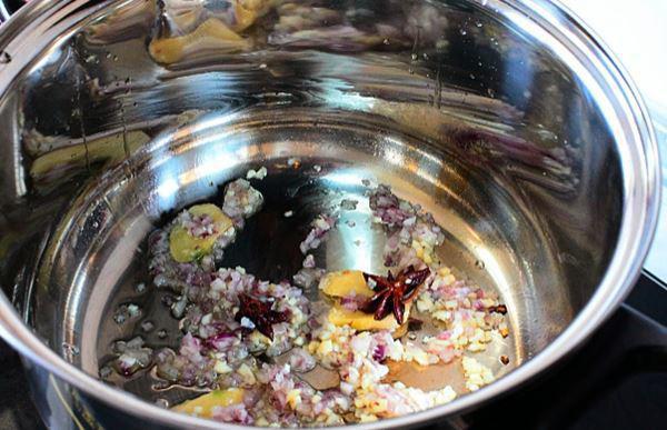 Bước 4: Cho phần thịt lợn vai vào nồi.