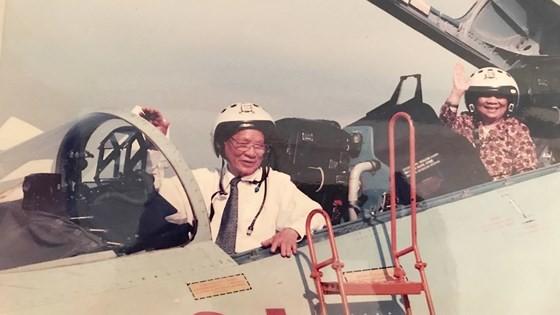 Ông Lê Đức Anh và phu nhân thăm trung đoàn không quân 937 vào tháng 5-1996. Ảnh: Tư liệu