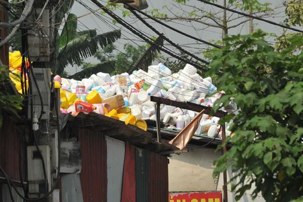Trên mái nhà cũng được tận dụng là nơi chứa phế thải.