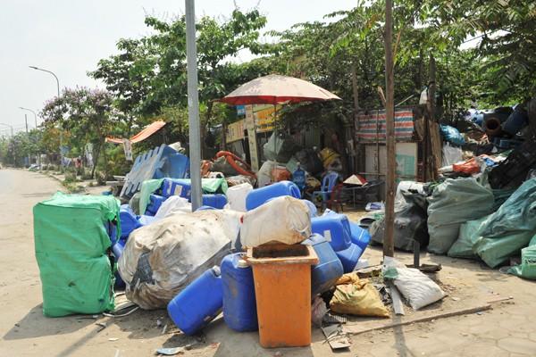 Đủ các loại đồ nhựa vứt ngổn ngang trên con đường mới mở đi qua làng Triều Khúc.