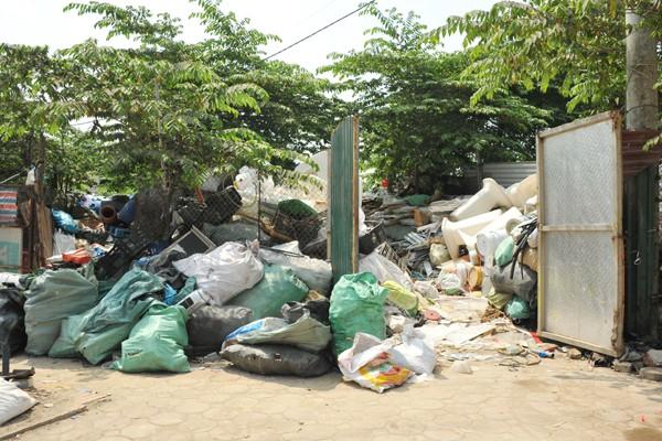 Phế thải nhựa không được phân loại mà được đóng chung thành những bao lớn.