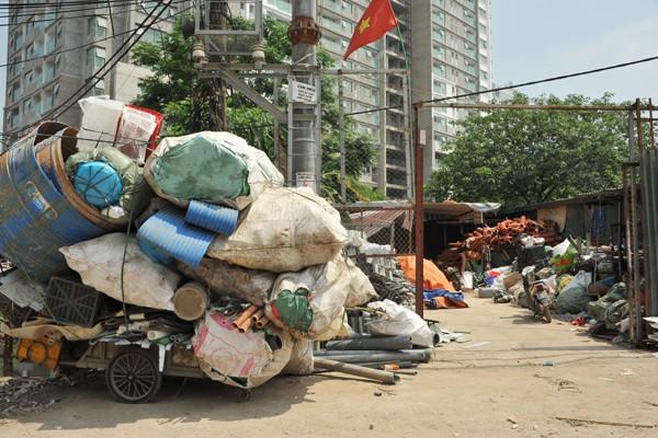 Những kho bãi tập kết phế thải nhựa nằm không xa khu dân cư là mấy.
