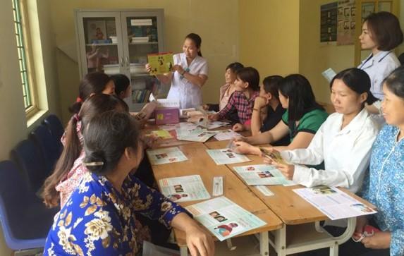 Cán bộ Trung tâm Y tế huyện Bảo Thắng tư vấn đặt dụng cụ tránh thai cho chị em trong chiến dịch tại Trạm Y tế xã Trì Quang.     Ảnh: T.B