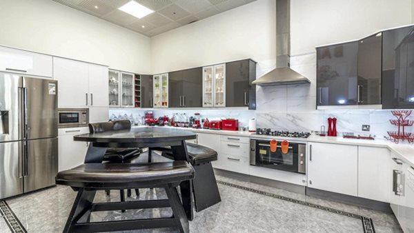 Nhà bếp hiện đại với nội thất hàng hiệu và phòng ở cho người giúp việc.