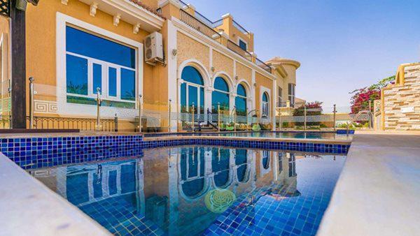 Bên cạnh biệt thự là bể bơi rộng. Đây là nơi nghỉ ngơi thư giãn sau những giờ làm việc mệt mỏi