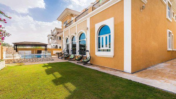 Kiến trúc của biệt thự nổi bật ở Dubai là các ô cửa vòm và kính màu nâu thì ở đây biệt thự dùng kính xanh như một sự phá cách.