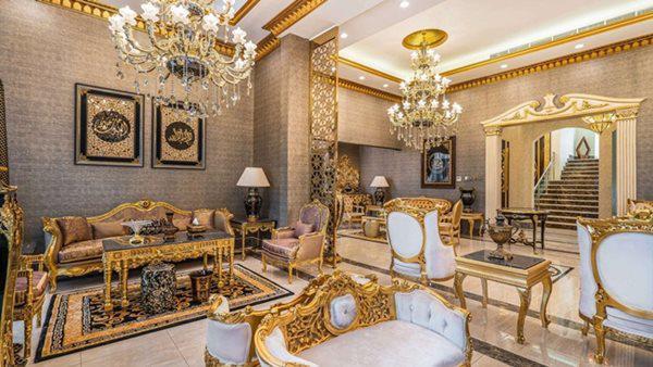 Ngay khi bước vào, mọi người sẽ choáng ngợp với 3 phòng khách dùng nội thất sang chảnh lấp lánh màu vàng quý tộc.