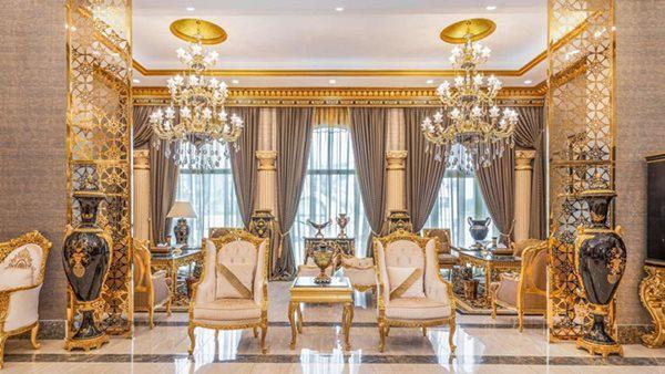 Phòng khách có đèn chùm ấn tượng với tông màu trầm là chủ đạo.