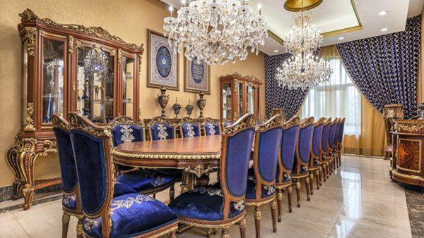 Khu vực đặt bàn ăn đủ chỗ cho hơn 10 người với nội thất sang trọng.