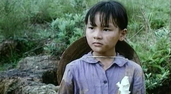 Cô bé Bảo Thanh lúc 8 tuổi đã không ngại lấm lem cho phim Vào Nam ra Bắc.