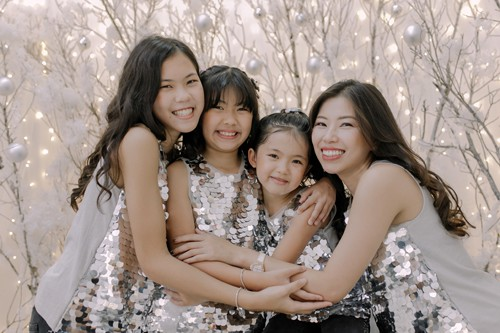 Chị Hồng Vân (ngoài cùng phải) và 3 con, gồm bé 13, 11 và 7 tuổi. Ảnh: NVCC.