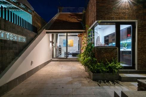 Vào ban đêm đèn sợi đốt được bố trí ở quanh vườn và trong nhà làm cho không gian ấm hơn và yên bình hơn.