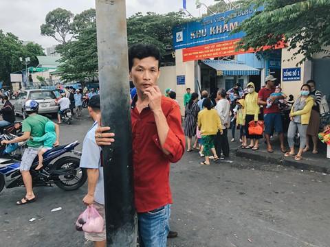 Thời tiết tại Sài Gòn đang bước vào giai đoạn nắng nóng cao điểm, trung bình từ 35-37 độ C, chỉ số tia cực tím dao động mức nguy hiểm. Đây cũng là thời điểm giao mùa khiến nhiều người đổ bệnh, đặc biệt là trẻ em. Tại TP.HCM, những ngày gần đây, số lượng trẻ em đến khám và nhập viện do các bệnh mùa nắng nóng tiếp tục tăng mạnh khiến bệnh viện luôn trong trạng thái đông nghẹt. Thống kê sơ bộ tại Bệnh viện Nhi đồng 1 và Bệnh viện Nhi đồng 2, mỗi ngày khoa khám bệnh tiếp nhận khoảng 11.000 lượt bệnh nhi đến khám.