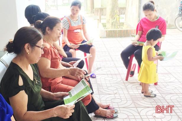 Người dân tham gia chiến dịch ở xã được tư vấn, kiểm tra sức khỏe