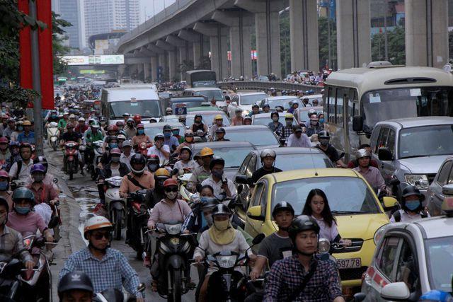 Trên đường Nguyễn Trãi (quận Thanh Xuân, Hà Nội) lúc 17h chiều nay 26/4, các phương tiện ken đặc, nhích từng chút một.