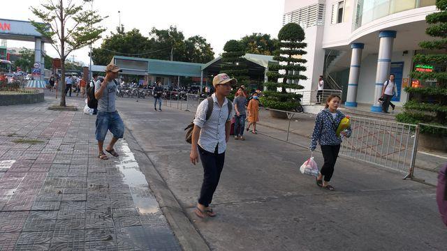 Người dân vội vàng ra bến xe về quê nghỉ lễ