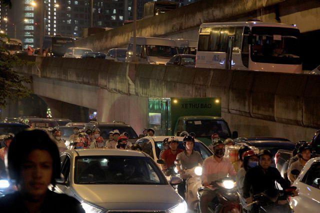 Đường vành đai 3 trên cao, đoạn Nguyễn Xiển lúc 18h45, các phương tiện chen chúc nhau ở lối xuống...