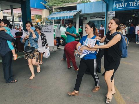 Bác sĩ Phạm Văn Hoàng, Trưởng khoa Khám bệnh, Bệnh viện Nhi đồng 1 TP.HCM cho biết số bệnh nhi đến khám trong tuần tăng khoảng 5% so với 3-4 tuần trước.