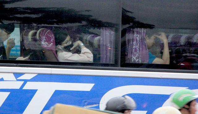 Nhiều người tỏ ra mệt mỏi trong hành trình trở về quê dịp nghỉ lễ 30/4, 1/5.