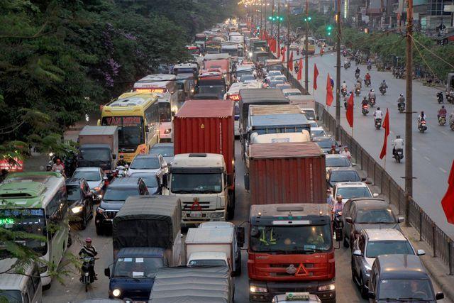 Đường Ngọc Hồi, đoạn gần bến xe nước ngầm lúc 17h30 chiều nay ùn ứ kinh hoàng.