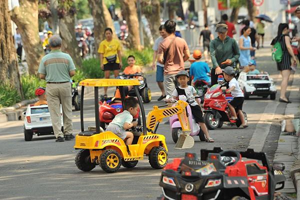 Hiện nay, ban quản lý phố đi bộ chỉ cho phép dịch vụ này hoạt động tại đoạn đường đôi phố Lê Thái Tổ.