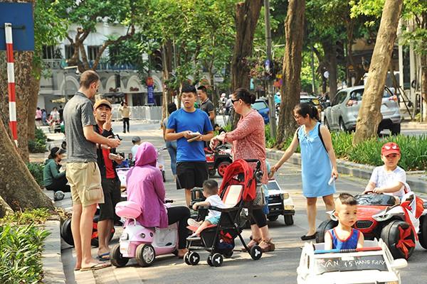Khách nước ngoài cũng muốn cho con mình được trải nghiệm trên những chiếc xe đồ chơi này.