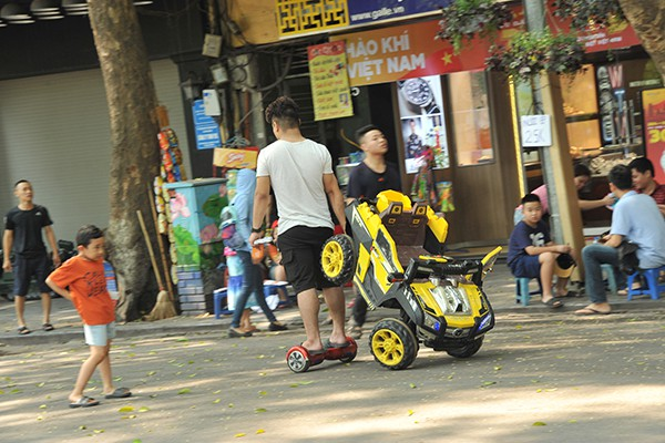 Dùng xe thăng bằng để vận chuyển cho tiện.