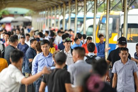 """Chiều 26/4, nhiều nút giao thông nội thành và cửa ngõ Hà Nội ùn tắc khi người dân về quê nghỉ lễ. Bến xe Giáp Bát, Nước Ngầm là một trong những nơi đông đúc hành khách.    Tại bến xe Giáp Bát (Hà Nội), lượng xe về các tỉnh miền Trung quá tải từ 17h.      Đại diện Ban quản lý bến xe Giáp Bát cho biết lượng khách đến bến bắt đầu tăng vào chiều 26/4. So với ngày thường, hôm nay tăng khoảng 300% nhưng so với cùng dịp nghỉ lễ này các năm trước vắng hơn.      Khách hôm nay chủ yếu là học sinh, sinh viên tranh thủ về quê. Theo kinh nghiệm nơi đây sẽ đông nhất vào ngày mai (27/4), đại diện Ban quản lý bến xe Giáp Bát cho biết.      Lượng xe không đủ đáp ứng khiến nhiều người già và trẻ nhỏ phải ngồi đợi. Các xe từ tỉnh khác về sẽ đón khách đi ngay sau ít phút.      Tại bến xe Nước Ngầm, khách chủ yếu đi các tỉnh Hải Phòng, Nghệ An, Hà Tĩnh, Nam Định, Thái Bình. Lượng khách trong đợt này được dự báo tăng đến 130%-145% so với ngày thường.      Công ty Quản lý bến xe Hà Nội cho biết đã tăng cường 550 lượt xe khách phục vụ người dân trong dịp nghỉ lễ. Trong đó bến xe Giáp Bát tăng 250 lượt, bến xe Mỹ Đình tăng 230 lượt và bến xe Gia Lâm tăng 70 lượt.      Một số hành khách mệt mỏi khi phải chờ trong bến xe quá lâu.      Đại diện một nhà xe về Thanh Hóa cho biết họ đã bổ sung hơn 2 chuyến để phục vụ hành khách. Ngày mai (27/4) sẽ còn phải tăng thêm.      """"Vừa được nghỉ học em tranh thủ về sớm, không thì đến ngày mai thêm người từ các cơ quan nghỉ nữa sợ không bắt được xe, một sinh viên ĐH Mở Hà Nội chia sẻ.      Cửa ngõ phía nam Hà Nội, đoạn bến xe Nước Ngầm trong tình trạng ùn tắc kéo dài hàng km lúc 18h.           Nhiều tuyến đường ở Hà Nội tê liệt trước kỳ nghỉ lễ  Chiều 26/4, nhiều nút giao thông nội thành và cửa ngõ Hà Nội ùn tắc khi người dân di chuyển ra bến xe Giáp Bát, Nước Ngầm về quê nghỉ lễ.   Theo Tri thức trực tuyến"""