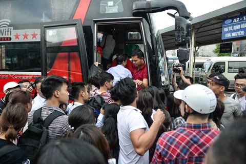 Tại bến xe Giáp Bát (Hà Nội), lượng xe về các tỉnh miền Trung quá tải từ 17h.