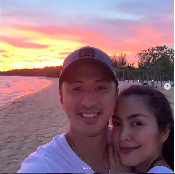 Cặp đôi ngắm hoàng hôn trên biển Phú Quốc rất ngọt ngào và lãng mạn.