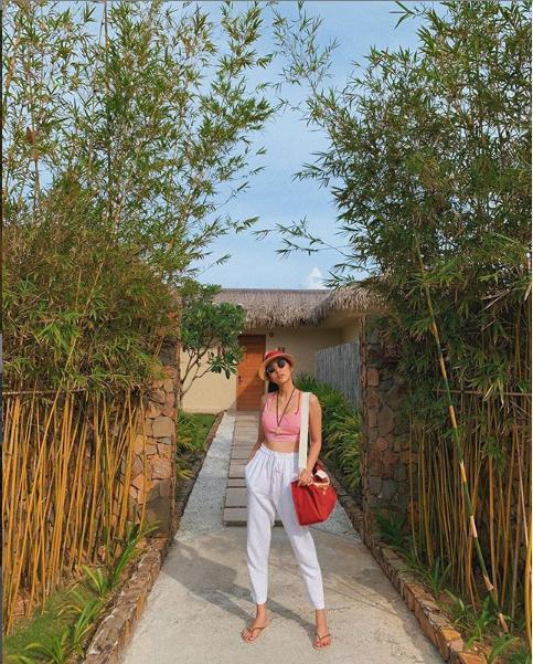 Hà Tăng khoe vóc dáng thon thả, phong cách thời trang mùa hè mát mẻ đi nghỉ dưỡng cùng gia đình.