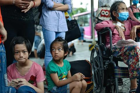 Lượng xe không đủ đáp ứng khiến nhiều người già và trẻ nhỏ phải ngồi đợi. Các xe từ tỉnh khác về sẽ đón khách đi ngay sau ít phút.