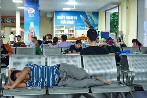 Một số hành khách mệt mỏi khi phải chờ trong bến xe quá lâu.