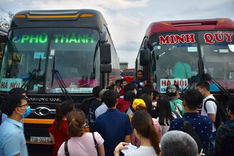Đại diện một nhà xe về Thanh Hóa cho biết họ đã bổ sung hơn 2 chuyến để phục vụ hành khách. Ngày mai (27/4) sẽ còn phải tăng thêm.