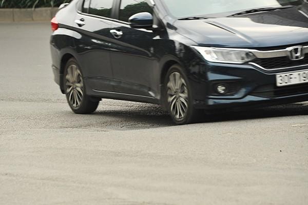 Mặt đường mấp mô liên tục gây khó khăn cho người tham gia giao thông.