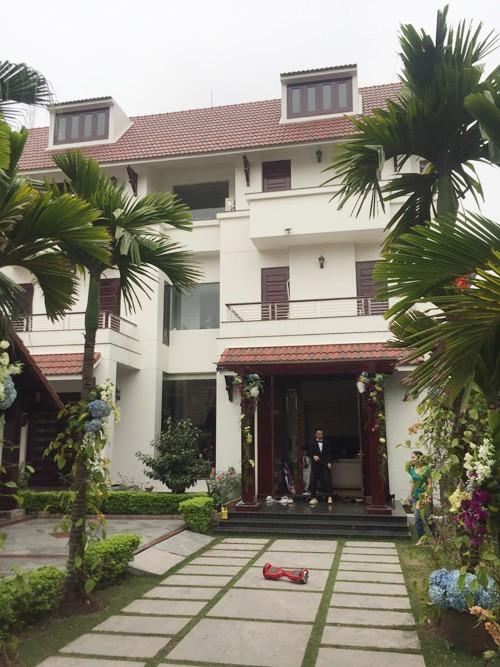 Nhà chồng của Á hậu là khu biệt thự cao cấp nằm trên đường Đinh Tiên Hoàng, tại thành phố Hải Dương. Đây là khu dành cho những đại gia trong vùng.