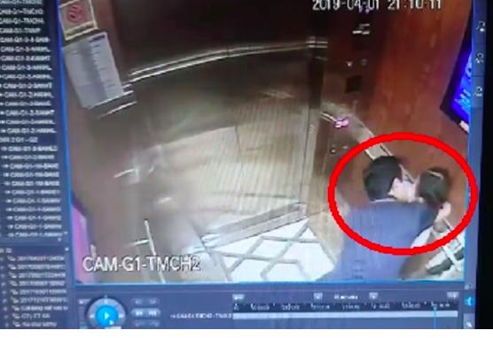 Hình ảnh kẻ biến thái cưỡng hôn bé gái trong thang máy. (Ảnh cắt từ clip).