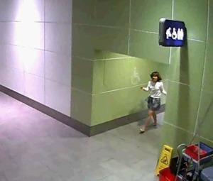 Camera an ninh ghi lại hình ảnh Hương đi ra từ nhà vệ sinh sau sau vụ tấn công Kim Chol. Ảnh: Asahi.